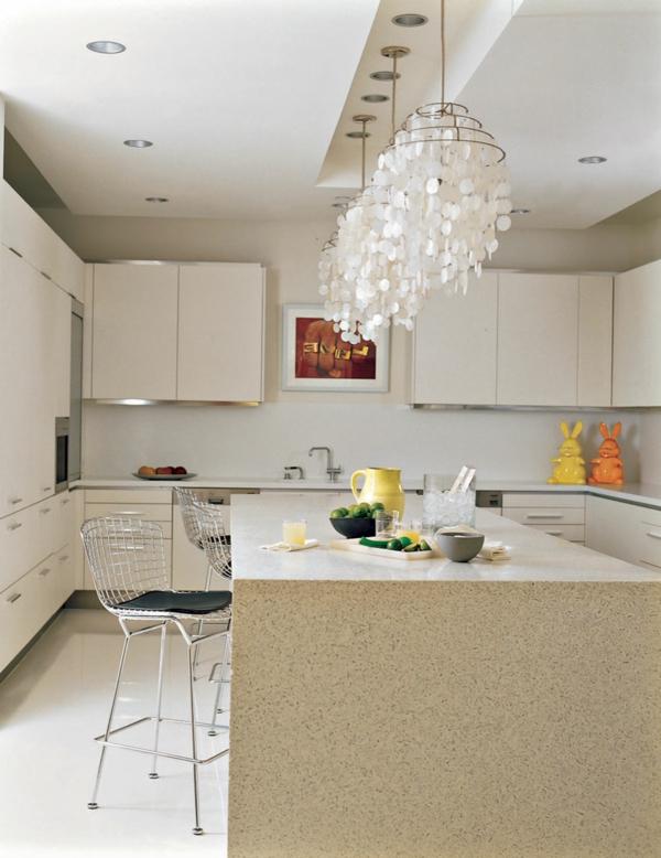 küche-mit-drei-originellen-kronleuchtern-in-weiß