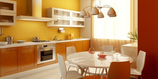 küche-mit-einem-runden-esstisch- und einem schönen kronleuchter