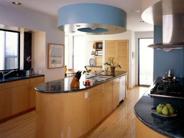 blaue elemente in einer modernen küche mit kochinsel