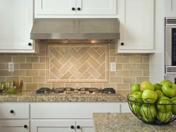 küche-mit-fliesen-in-ockra-farben-gestalten- sehr modern