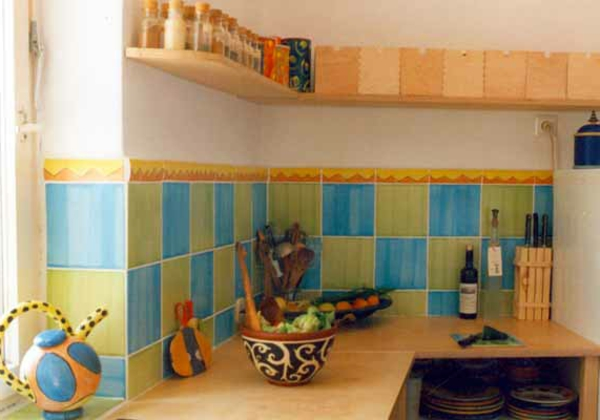 küche-mit-lustigen-fliesen-farben- grün und blau