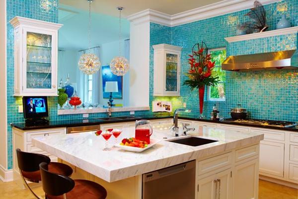 küche-mit-marmor-kücheninsel- türkis