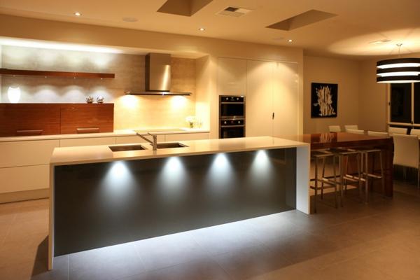 küche-mit-moderner-beleuchtung- kochinsel