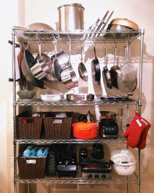 viel geschirr auf drahtregalen in der küche