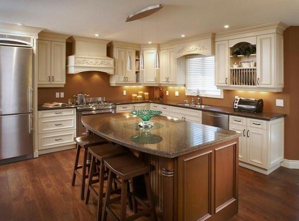 kücheneinrichtung mit barstühlen und einem kochinsel
