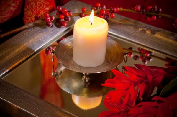 zimmer mit roten elementen und einer schönen dekorativen kerze
