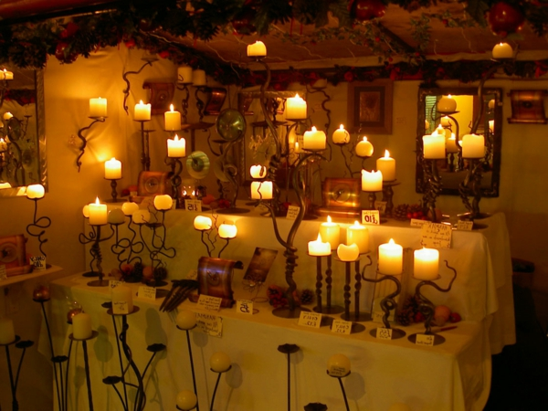 nacht dekoration mit vielen kleinen kerzen und kerzenhaltern