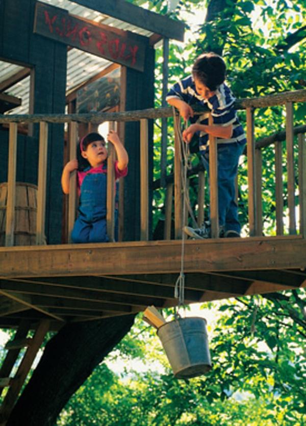 kinder-spielen-baumhaus-selber-bauen- mit einem balkon