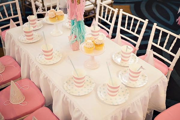 kleiner tisch und dekoartikel in rosiger farbe - kinderparty