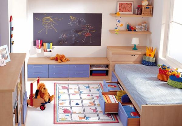 viele spielzeuge und eine kreidetafel im kinderzimmer