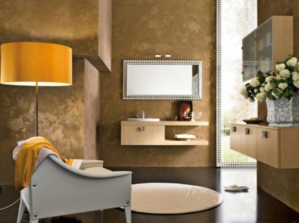 klassisches-badezimmer mit einem niedlichen sessel