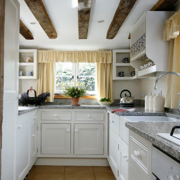 kleine-küche-ausstatten- holzbretter an der decke