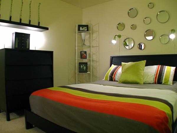 kleine-runde-spiegel-an-der-grünen-wand-im-schlafzimmer- moderne wohnideen