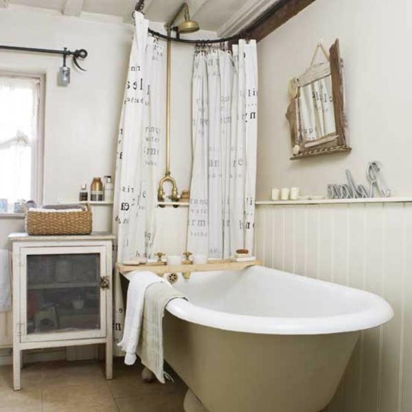 kleines-badezimmer-mit-einer-freistehenden-badewanne- auffällige gardinen