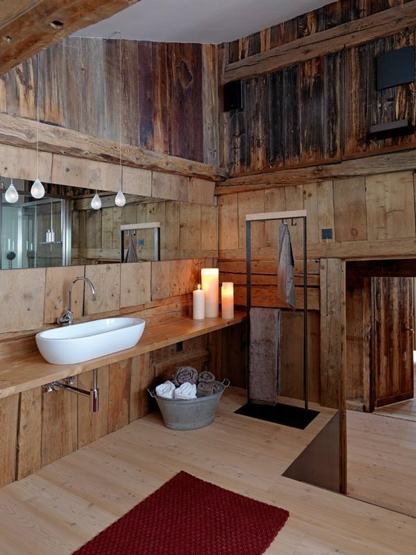 Kreative badezimmergestaltung holzwände lampen großer spiegel