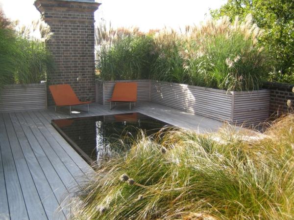 kreative-terrassengestaltung-zwei-stühle-grüne-pflanzen- moderne ideen