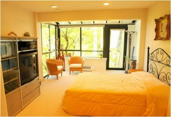 luxuriöses-badezimmer-orange-farben- gemütlich aussehen