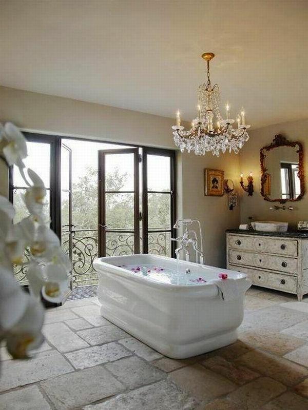 luxus-badezimmer-große-badewanne und kronleuchter aus glas