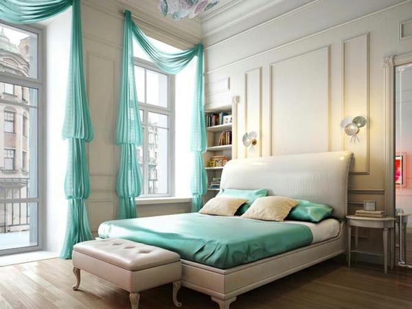 luxus-schlafzimmer-interieur- akzent gardinen und bettbezüge in türkis