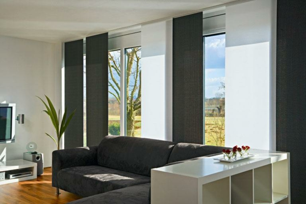 luxus-wohnzimmer-mit-schiebegardinen-in-grau-und-weiß- schönes sofa