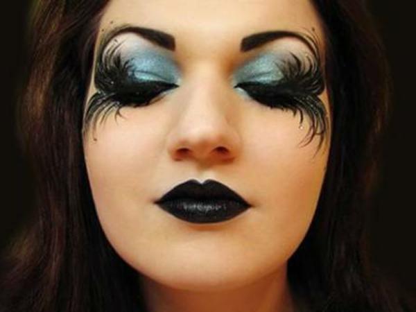 mächen-mit-halloween-schminken- lange augenwimpern