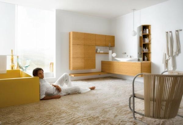 man-im-luxus-badezimmer mit möbeln aus holz
