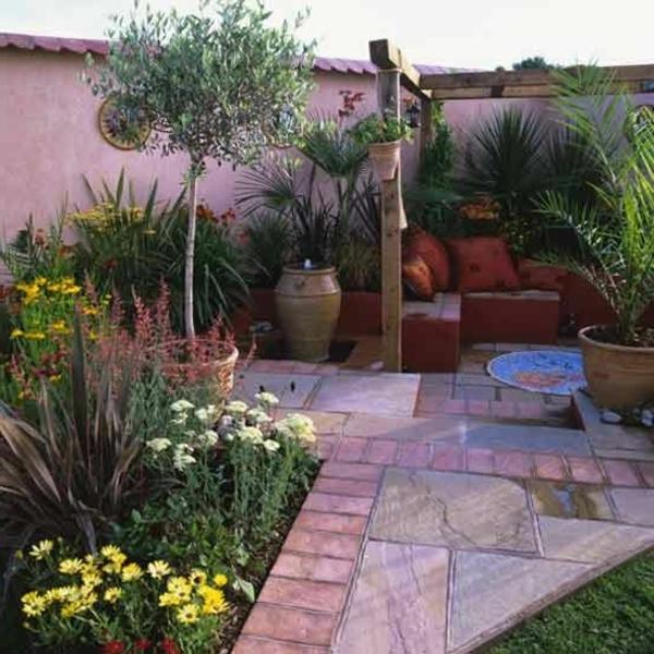 mediteranner-garten-steinweg- zaun und grüne pflanzen
