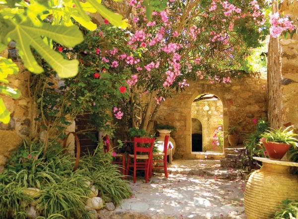 mediterraner-garten-tisch-mit-stühlen - pflanzen