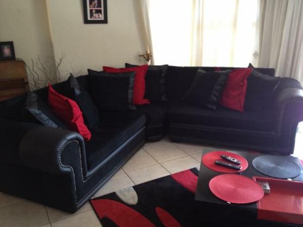 moderne-eckcouch-schwarz-und-rot