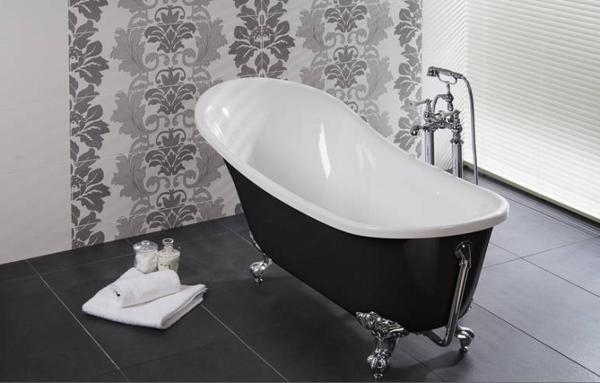moderne-freistehende-badewanne und interessante wandgestaltung im badezimmer
