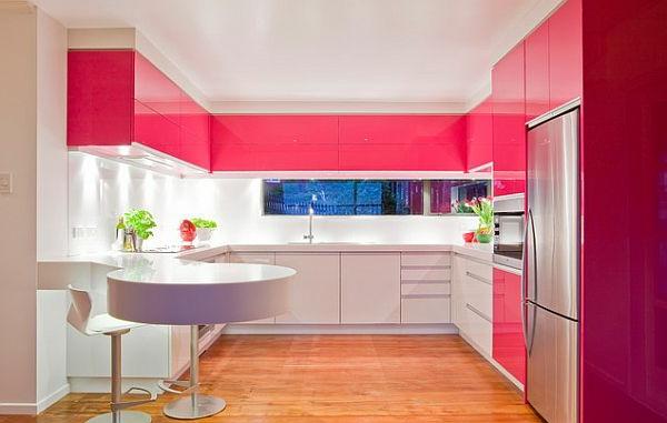 moderne-küche-in-zyklamenfarbe-  schöne gestaltung