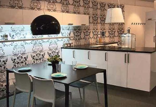 moderne-küche mit einem esstisch mit vier stühlen und interessanter wandgestaltung