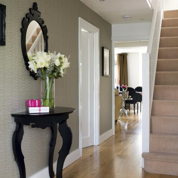 moderner-flur-mit-treppen und schönen weißen blumen