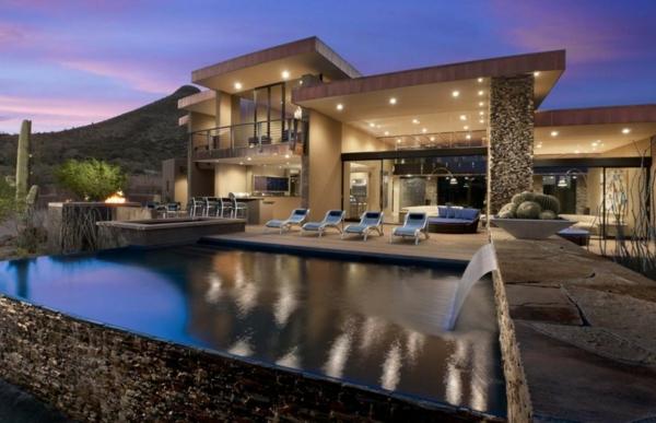 viele deckenleuchten und ein pool für ein modernes herrenhaus