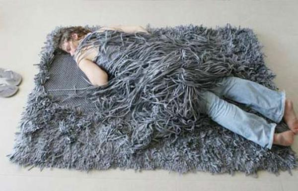 modernes-teppich-modell- mit einem mann darauf