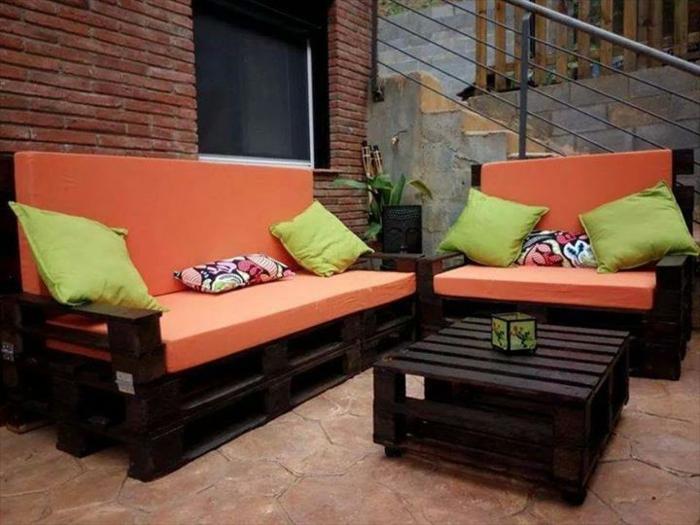 orange-sofa-aus-paletten-grüne-kissen