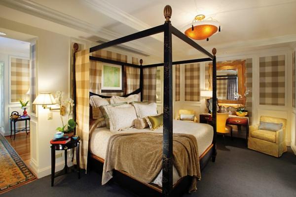 großes bett mit holzsäulen für ein modernes design vom asiatischen schlafzimmer