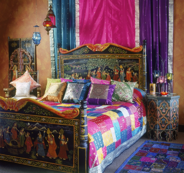 bett mit vielen dekokissen und wandgestaltung in zyklamenfarbe schlafzimmer orientalisch einrichten