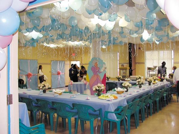 party dekoration ballons an der decke in blau und weiß