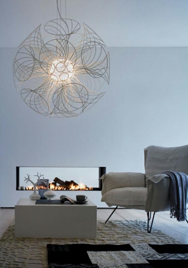 riesiger-kugelförmiger-kronleuchter-im-wohnzimmer
