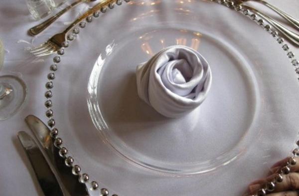 weiße rose-servietten falten