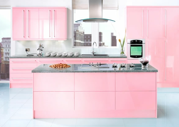 rosige-küche-niedlich-aussehen- kochinsel in der mitte