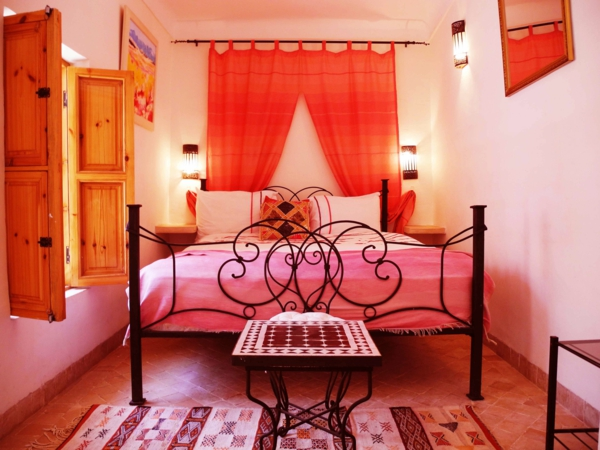 gemütliches schlafzimmer mit orangen vorhängen