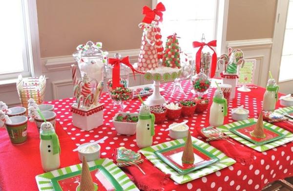 viele dekoartikel am tisch party weihnachten
