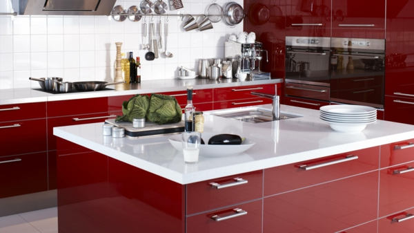 rote-küche-mit-weißen-elementen- kochinsel