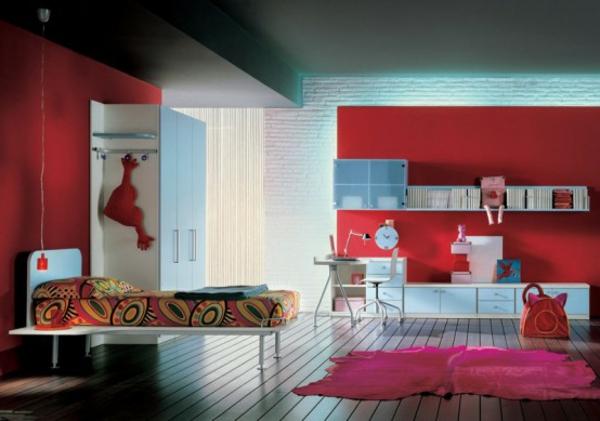 rote-wände-im-modernen-jugendzimmer - mit einem zyklamenfarbigen teppich