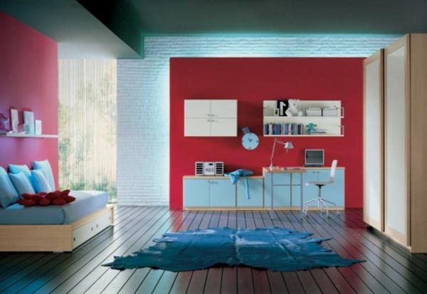 rote-wand-im-modernen-jugendzimmer- blaeuer teppich