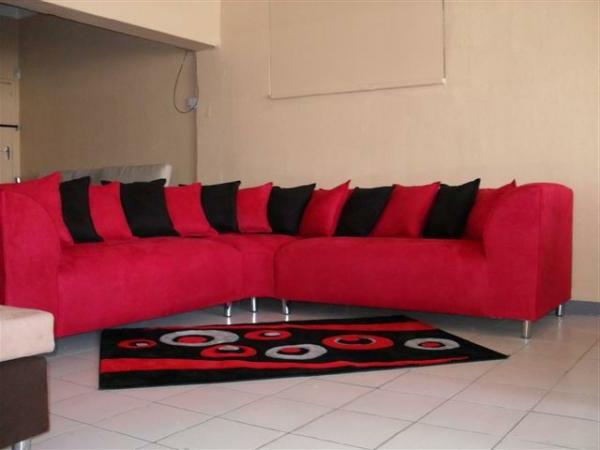 rotes-sofa-mit-schwarzen-und-roten-dekokissen