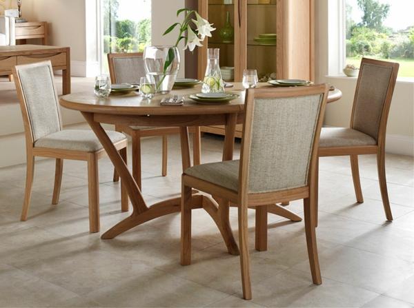 runder-ausziehbarer-tisch-mit-stühlen- dekoration mit weißen blumen