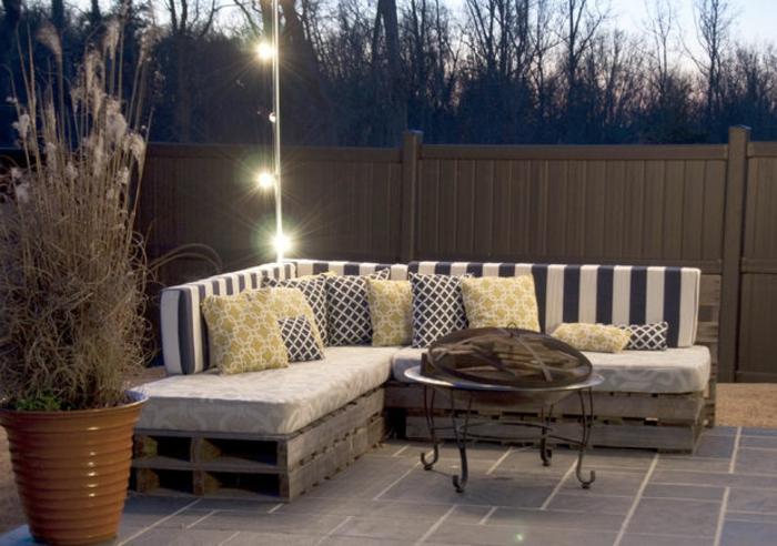 schöne-gartenmöbel-aus-paletten-unikales-sofa-mit-dekokissen